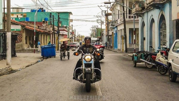 Eine Harley Davidson in Pinar del Rio
