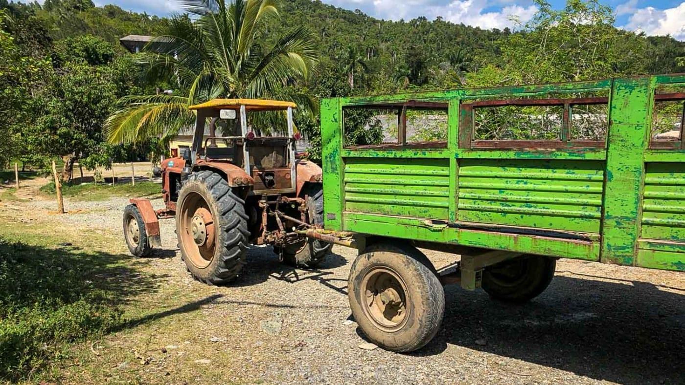 Ein alter Trecker mit Anhänger auf Kuba