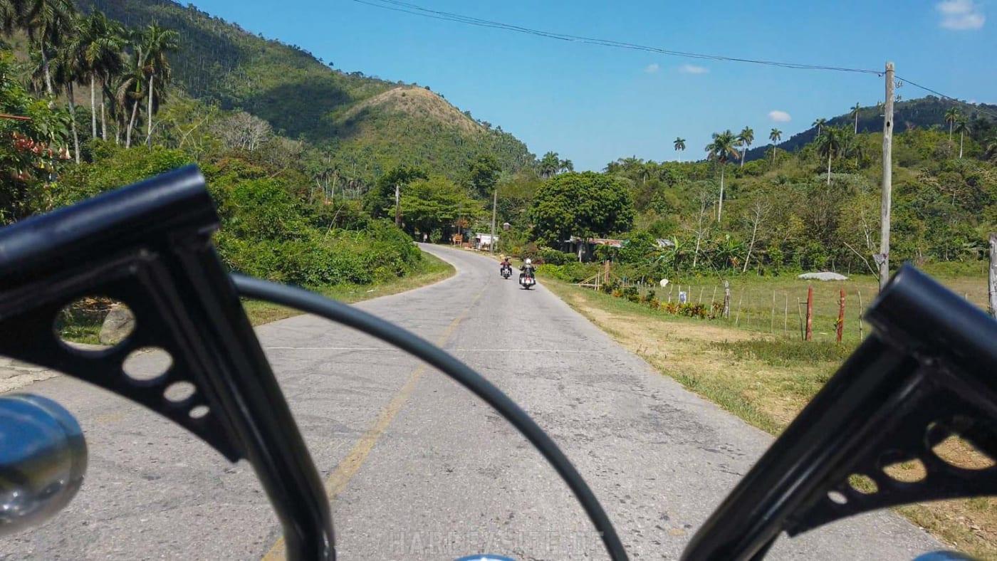 Über Land in der Gegend von Sierra del Rosario auf den Harleys unterwegs