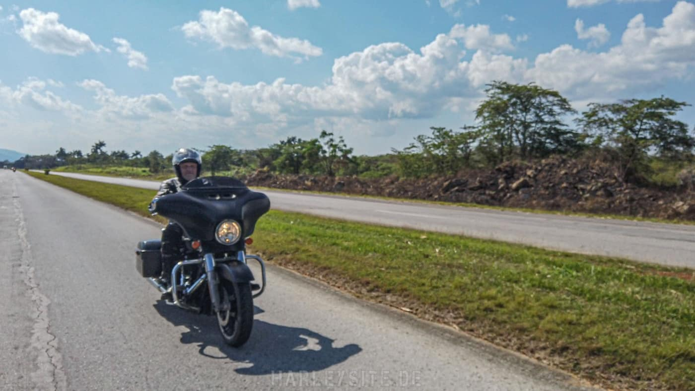 Die kubanische Autobahn in Richtung Havanna.
