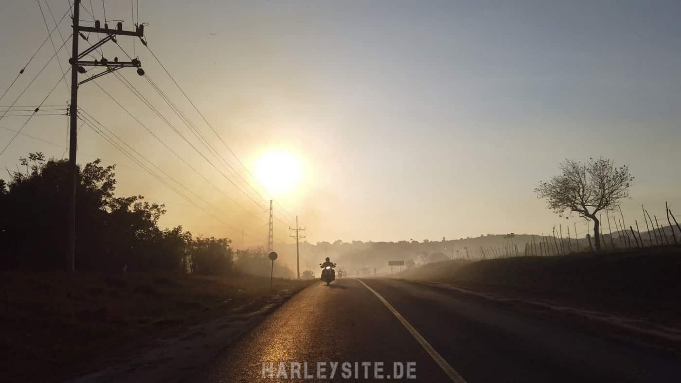 Hinter uns geht langsam die Sonne auf Kuba unter