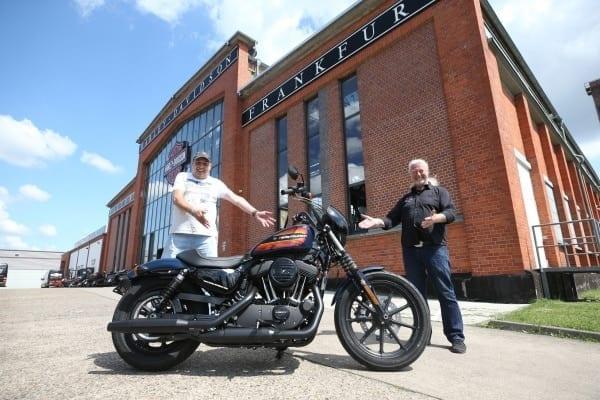 Foto zeigt Jochen G. (l.) und Thomas Trapp, Harley-Factory (r.).