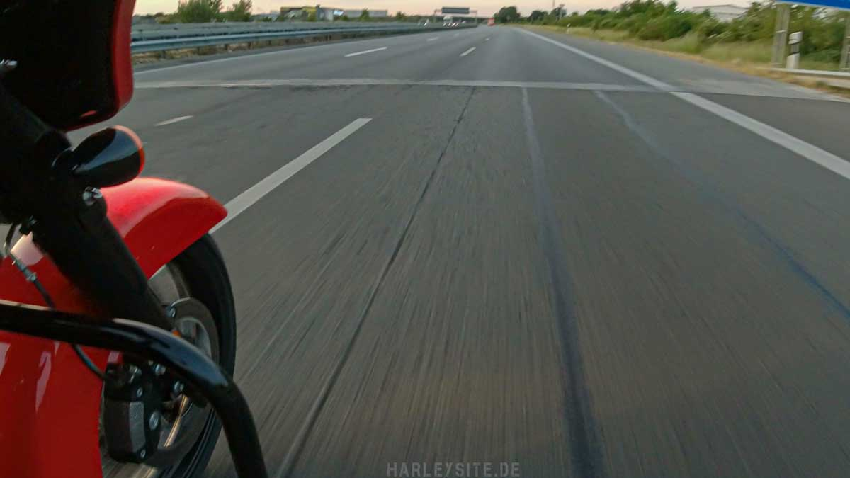 Bitumenstreifen auf der Autobahn