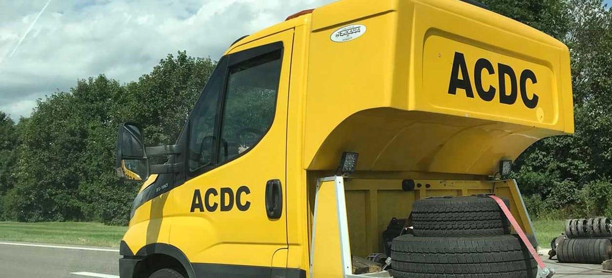 Dieser Betrüger in Osteuropa gibt sich als ACDC statt als ADAC aus. In einem Pannenfall hift er aber dennoch nicht. Bildnachweis: ADAC SE