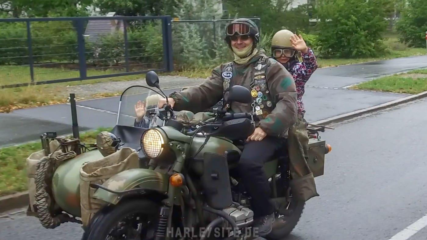 Vater mit seinen Kids auf der Demo, es geht auch um die Zukunft der Biker von Morgen!