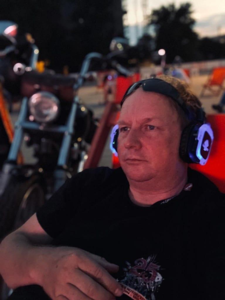 Die Kopfhörer aufgesetzt und im Liegestuhl neben der Harley die Rock - Show verfolgt.