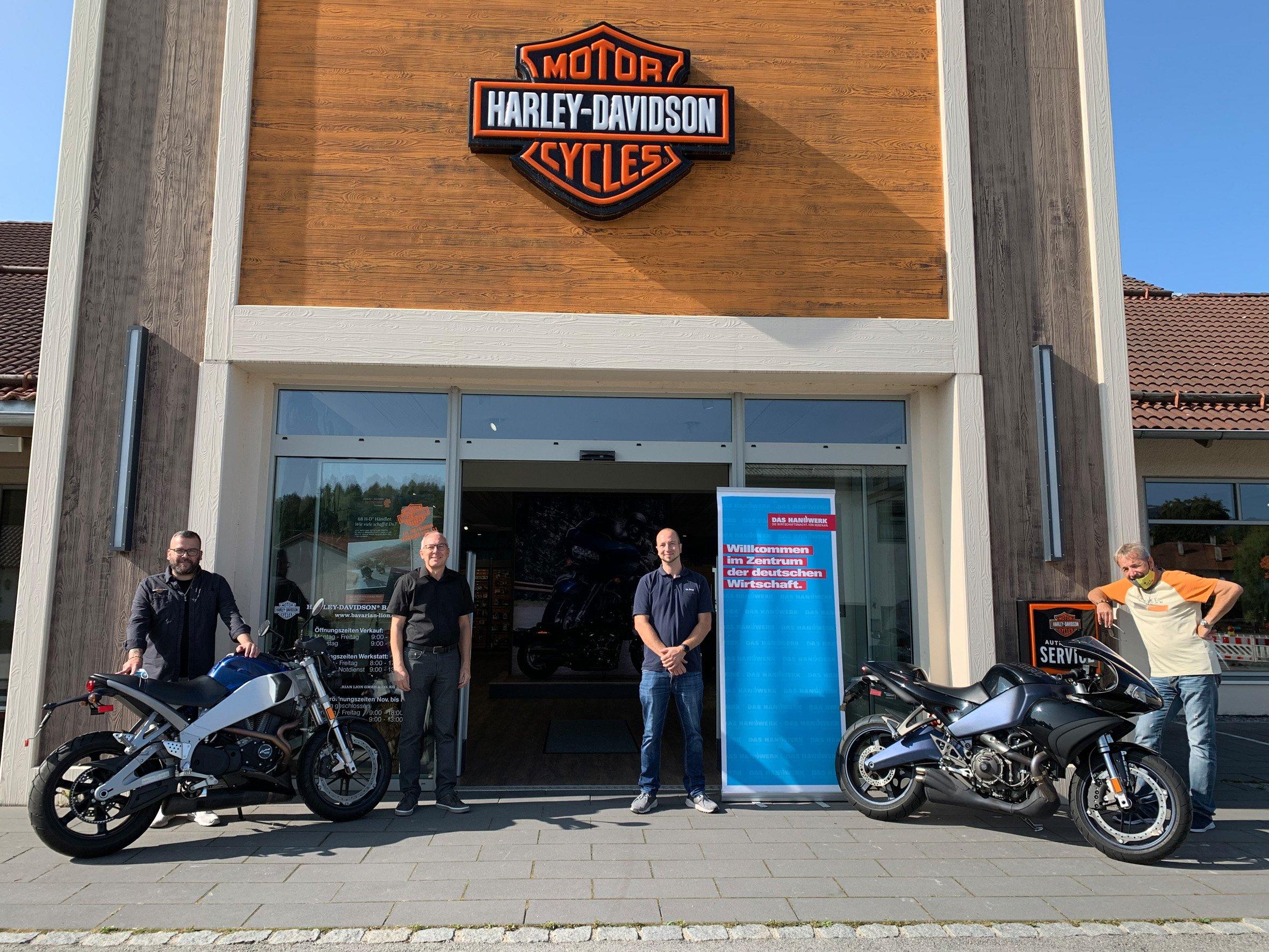 Harley-Davidson Bayerwald stiftet der Handwerkskammer Niederbayern-Oberpfalz zwei Motorräder und vier Motoren