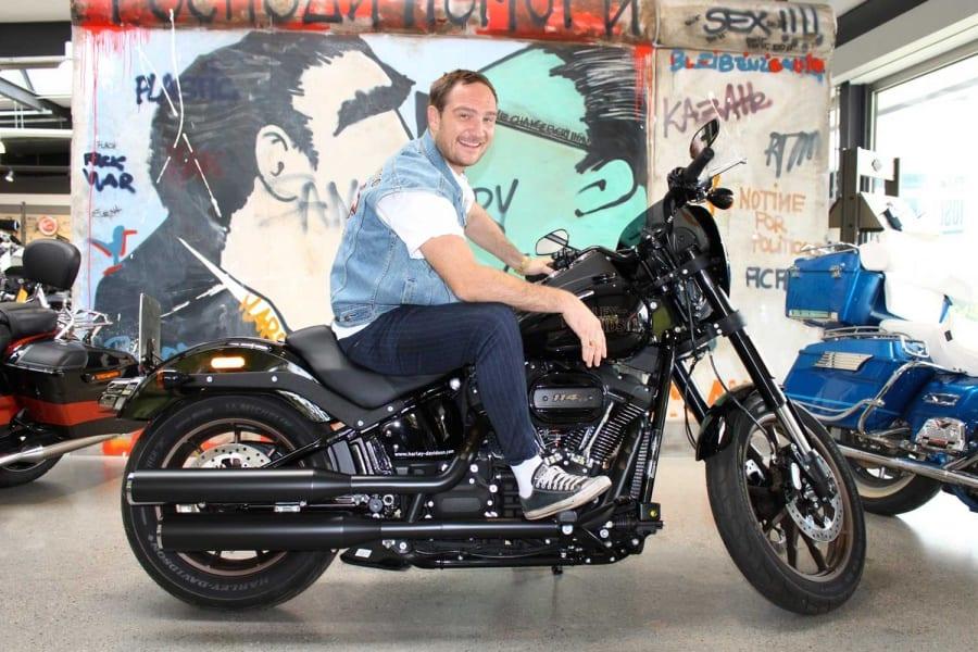 Schauspieler Frederick Lau nahm in Berlin seine erste Harley-Davidson in Empfang