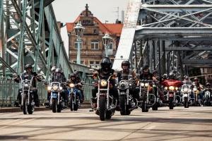 Zeigt die Parade der Harley Days Dresden